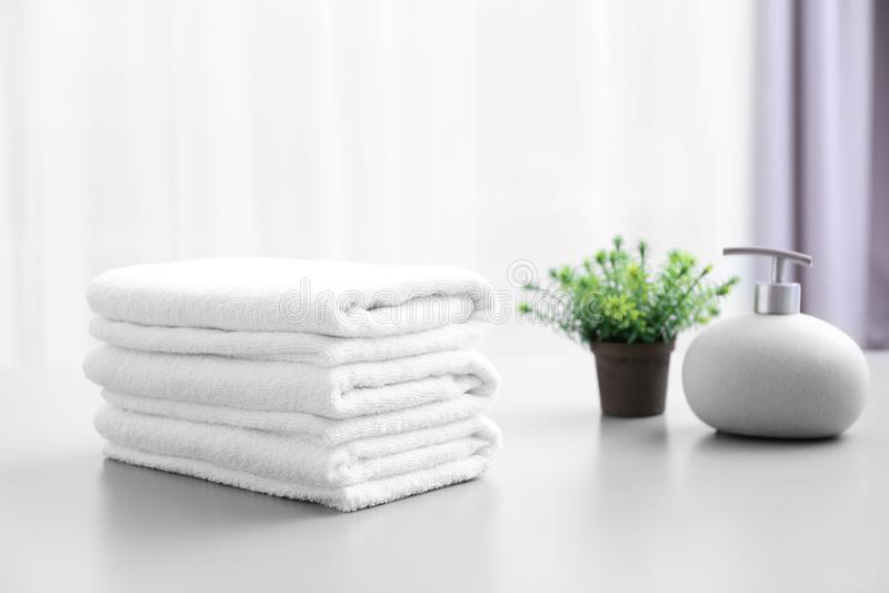 Stapel weiße saubere Tücher auf Tabelle lizenzfreies stockbild