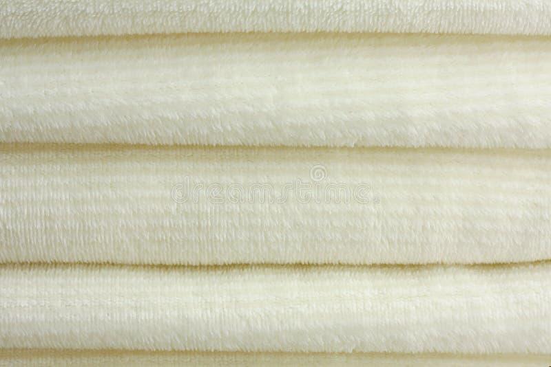 Stapel weiche Plüsch-Decken stockbilder