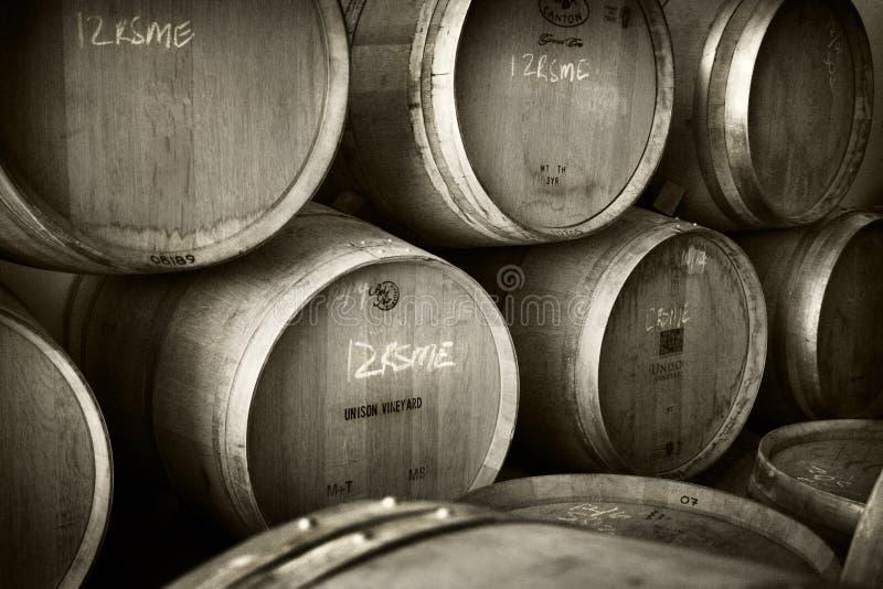 Stapel wijnvaten stock afbeeldingen