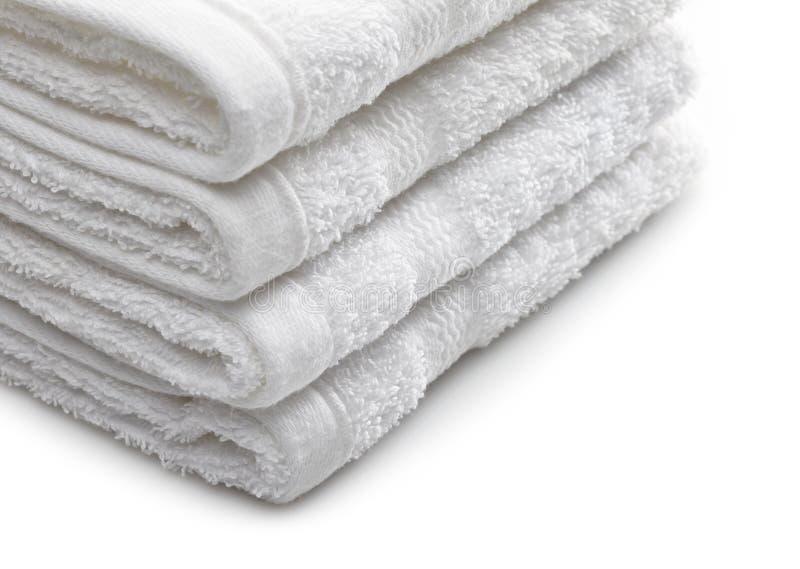 Stapel witte hotelhanddoeken stock afbeeldingen