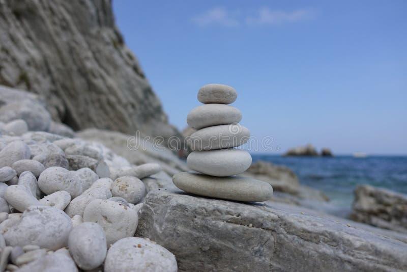 Stapel witte stenen, ontspannend spel royalty-vrije stock foto's