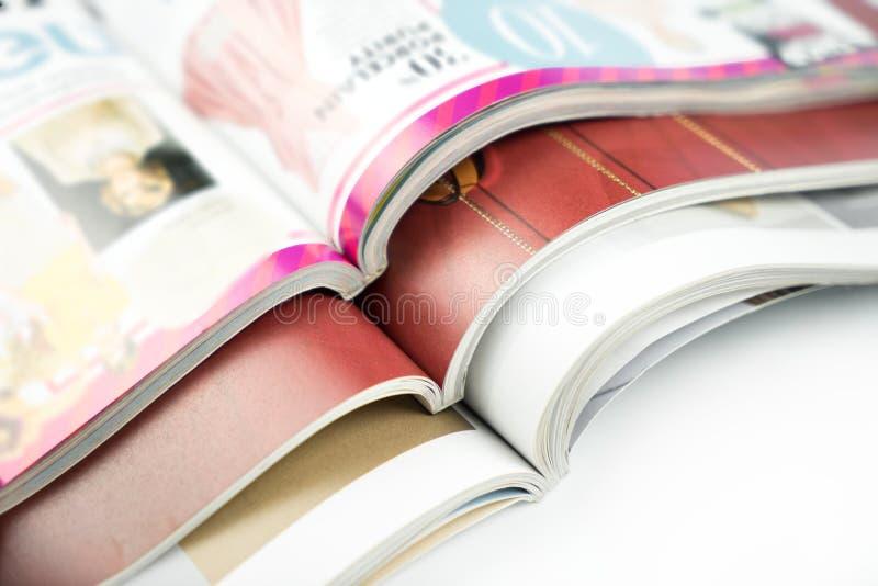 Stapel Zeitschriften auf weißem Hintergrund lizenzfreie stockbilder