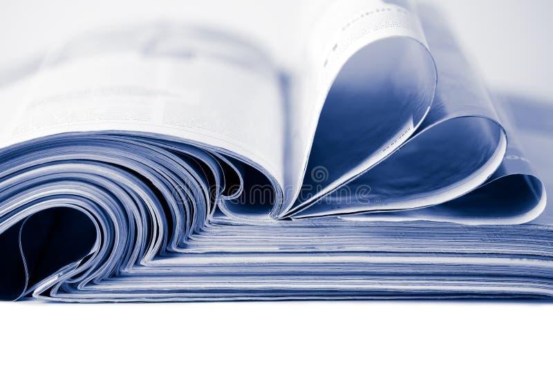 Stapel Zeitschriften das getrennte tonte Blau lizenzfreie stockfotos