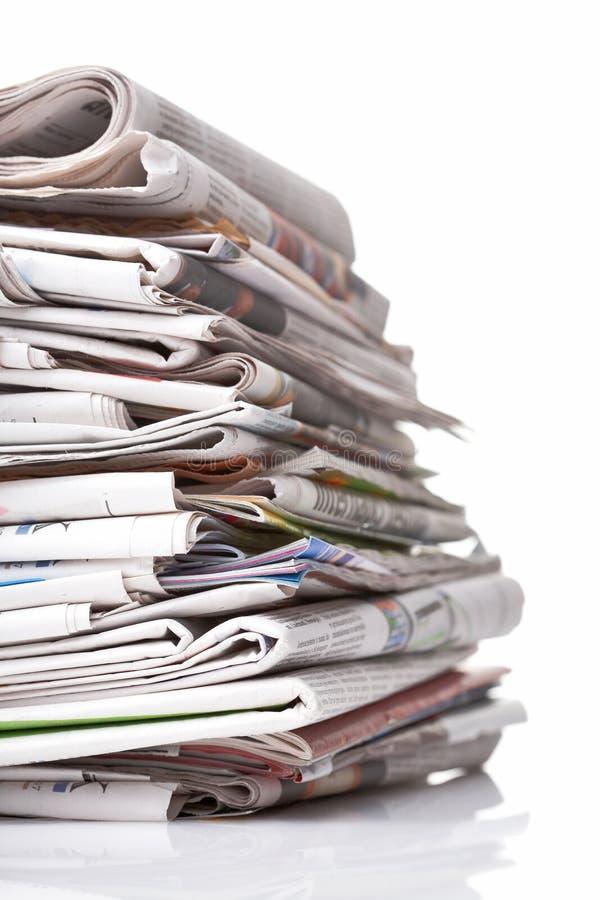 Stapel Zeitungen auf Weiß stockfoto