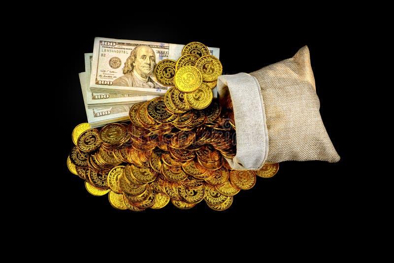 Stapelbündel von 100 US-Dollars Banknoten und von Goldmünze im Schatzsack auf schwarzem Hintergrund lizenzfreie stockbilder