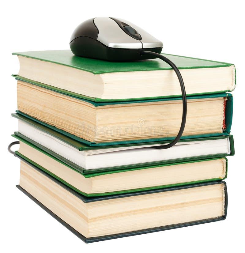 Stapelboeken en muis Geïsoleerde royalty-vrije stock foto's