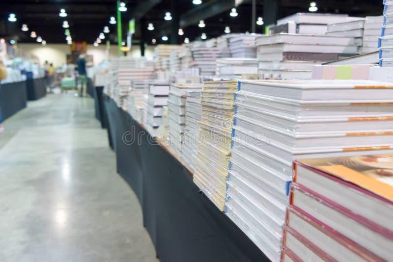Stapelboeken en tijdschriften op lijst Het concept van het boekfestival royalty-vrije stock fotografie