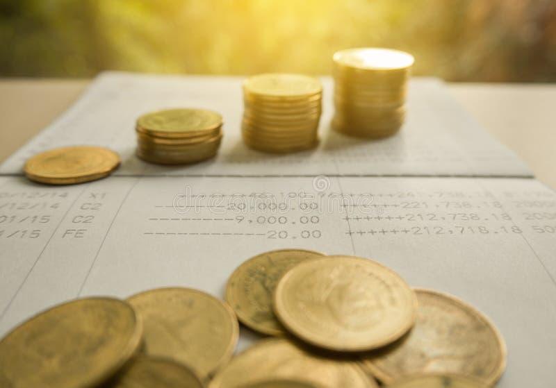 Stapelmünzgeld mit Geschäftsbuchfinanzierung und -bankwesen stockfotografie