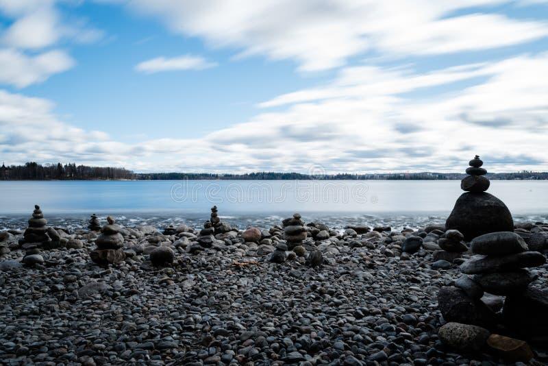 Stapeln von Steinen auf Pebble Beach lizenzfreie stockfotografie