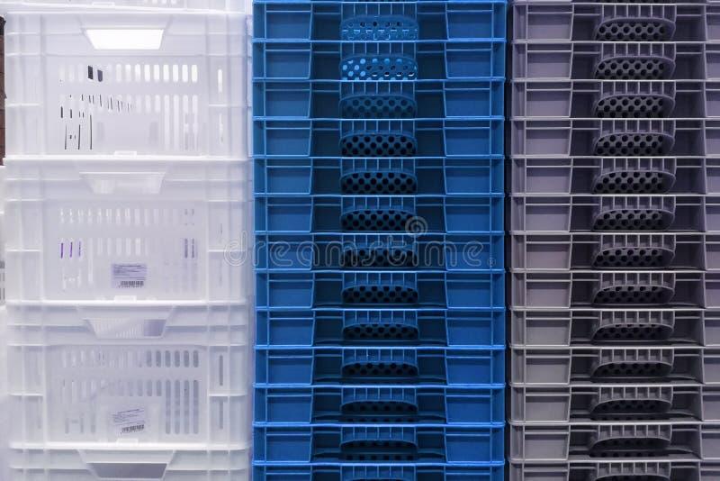 Stapelopslag van nieuwe kleurrijke witte, grijze en blauwe plastic containerdozen royalty-vrije stock afbeelding