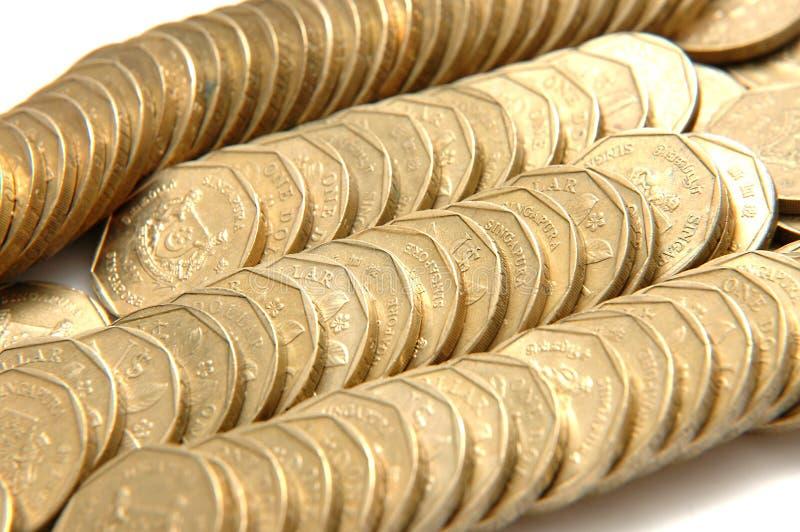 Stapels en rijen van gouden muntstukken stock afbeeldingen