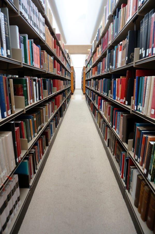 Stapels kleurrijke verbindende boeken op een bibliotheek royalty-vrije stock fotografie