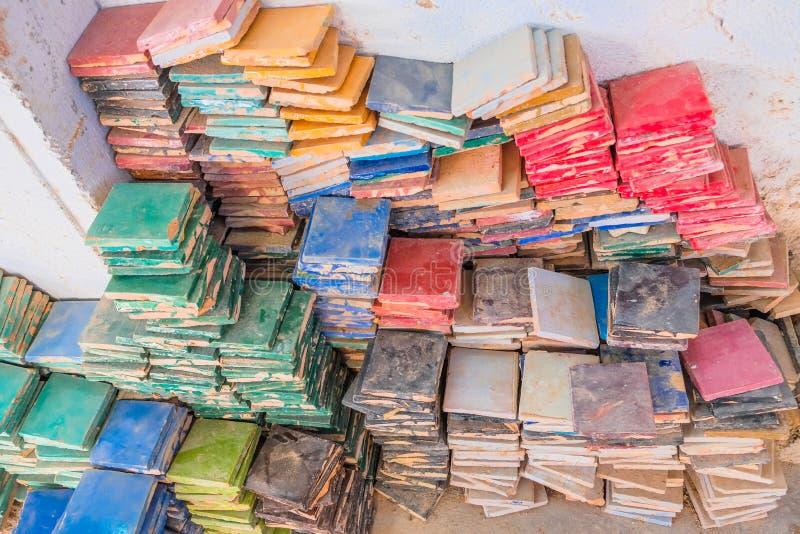 Stapels kleurrijke verglaasde vierkante tegels voor het gebruik van zellige tilework Fez, Marokko royalty-vrije stock afbeeldingen