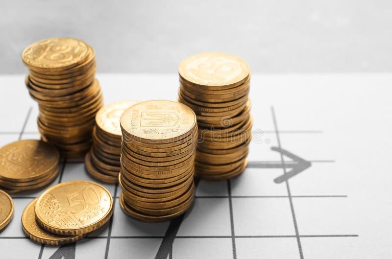 Stapels muntstukken op bedrijfsdocument, royalty-vrije stock afbeeldingen