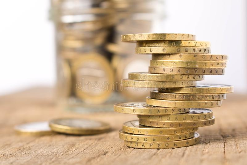 Stapels muntstukken op een houten lijst Bedrijfsconcept en de groei van kapitaal royalty-vrije stock afbeeldingen