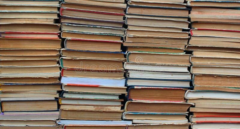 Stapels oude boek met harde kaft en pocketboeken stock afbeeldingen