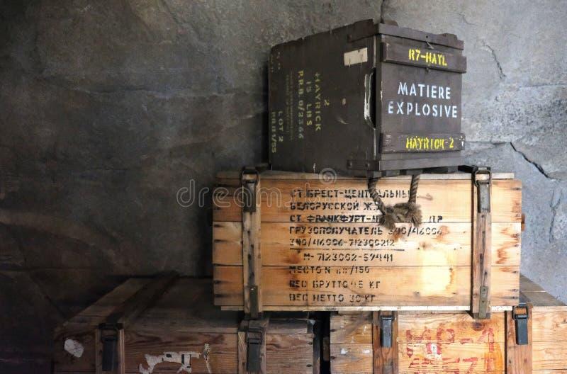 Stapels oude militaire munitiedozen in schuilplaats stock foto's