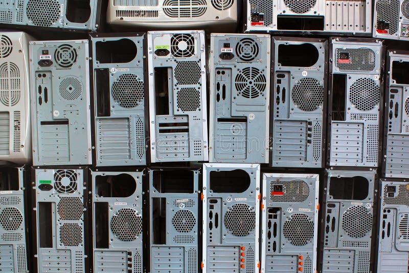Stapels oude personal computers en PC-gevallen stock foto