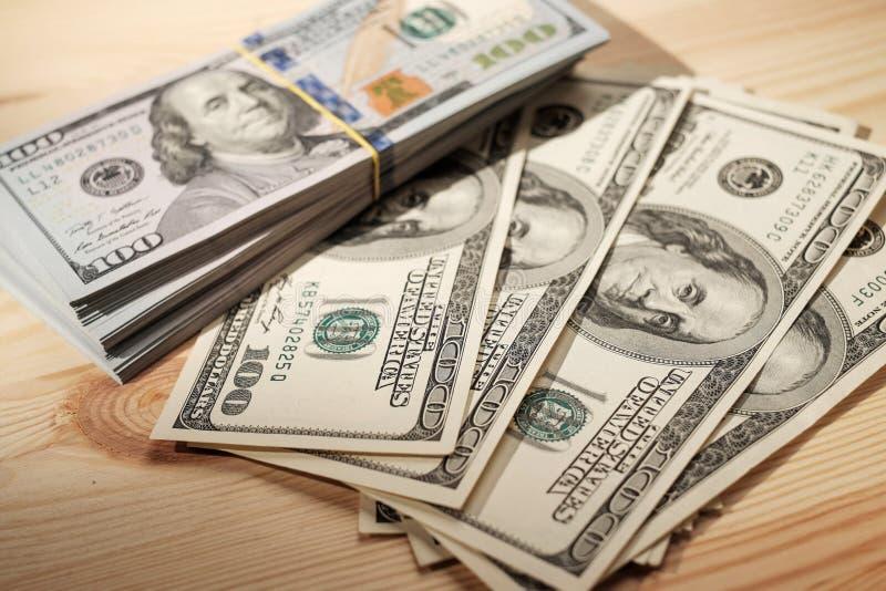 Stapels van Amerikaanse geld/studiofotografie van de bankbiljetten van de V.S. - stock fotografie