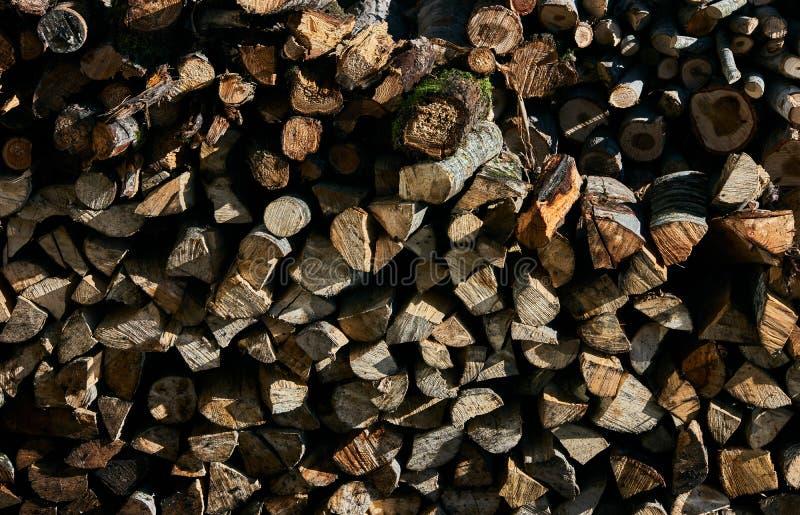 Stapels van brandhout voor de winter stock fotografie