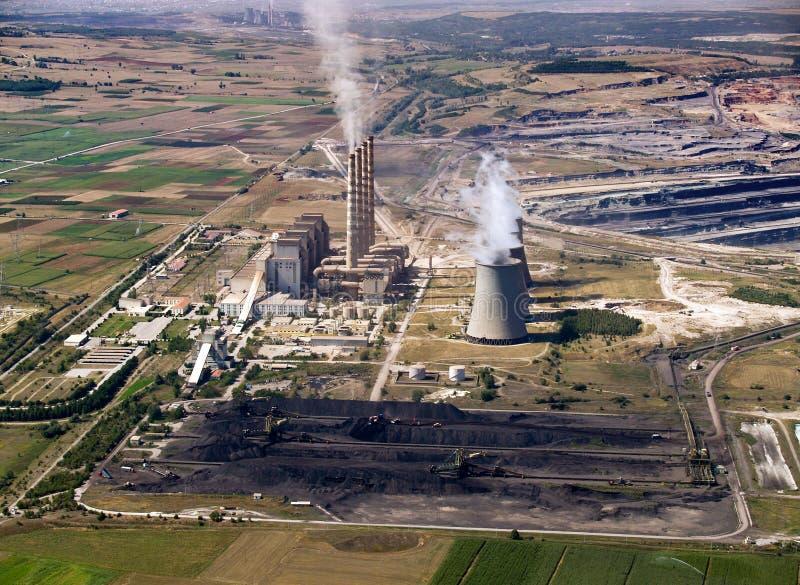 Stapels van de elektrische centrale & van de steenkool, de lucht royalty-vrije stock fotografie