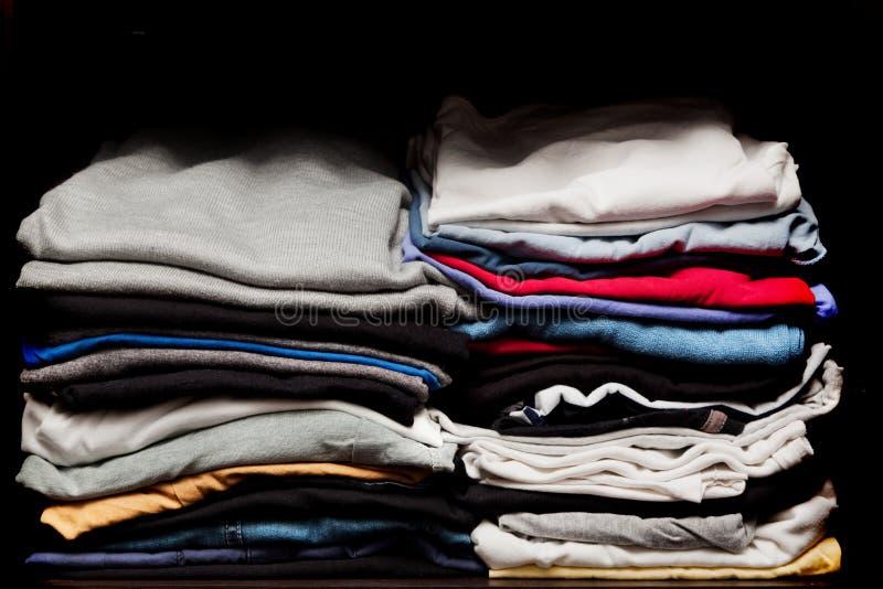 Stapels van diverse kleren van wasserij in een garderobe royalty-vrije stock afbeeldingen