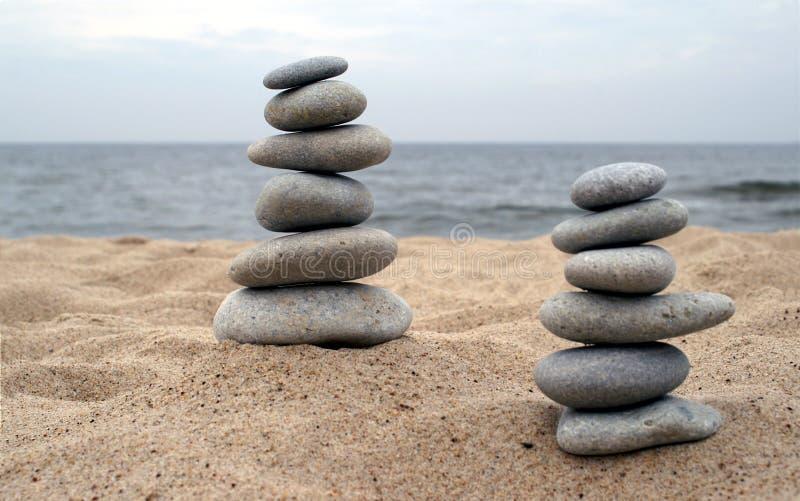 Stapels van evenwichtige stenen stock foto's