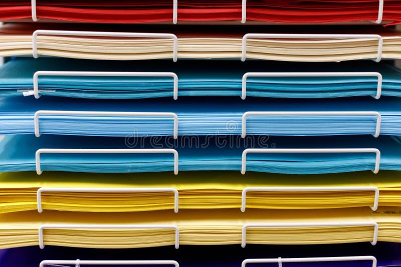 Stapels van gekleurd tekeningsdocument in de opslag royalty-vrije stock afbeeldingen