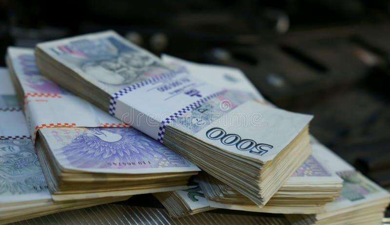 Stapels van geld op een motor van een auto royalty-vrije stock afbeelding