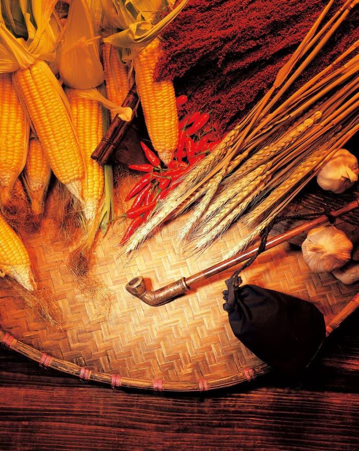 Stapels van graan op de bamboedekking stock foto's
