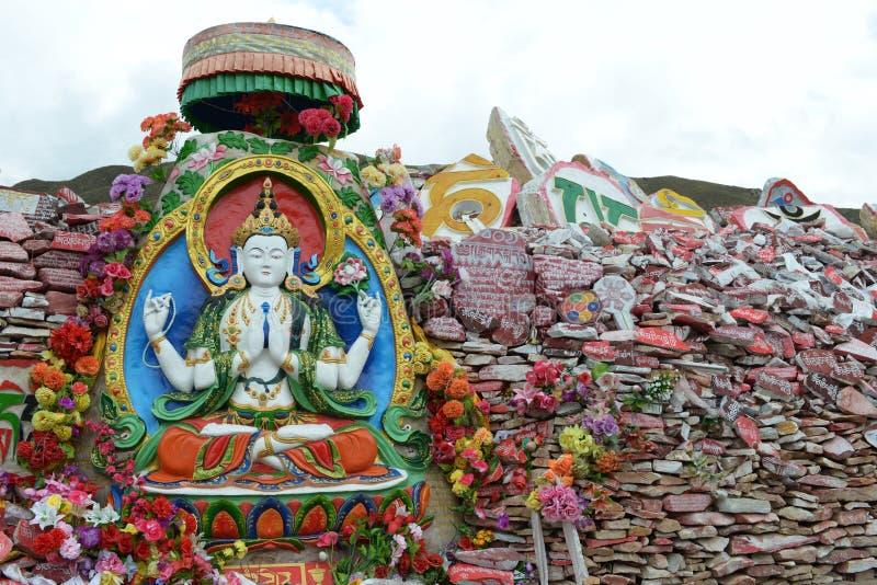 Stapels van Mani-stenen met zes-Woord Theorie in Tibet stock afbeelding