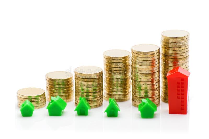 Stapels van muntstukken, groen en rood huis stock fotografie