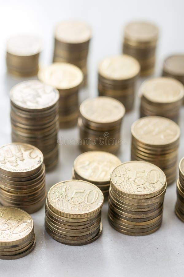 Stapels van muntstukken van het metaal de euro geld met vage achtergrond stock foto