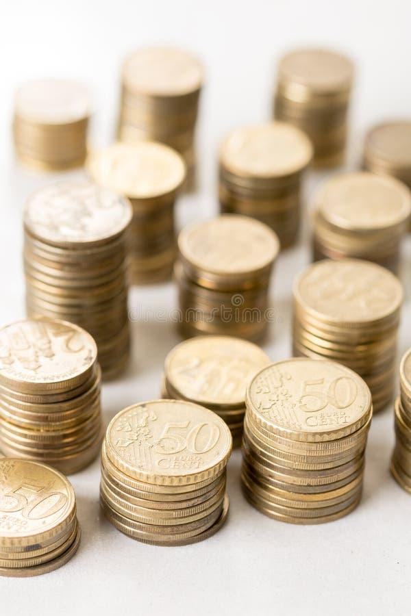 Stapels van muntstukken van het metaal de euro geld met vage achtergrond royalty-vrije stock afbeeldingen