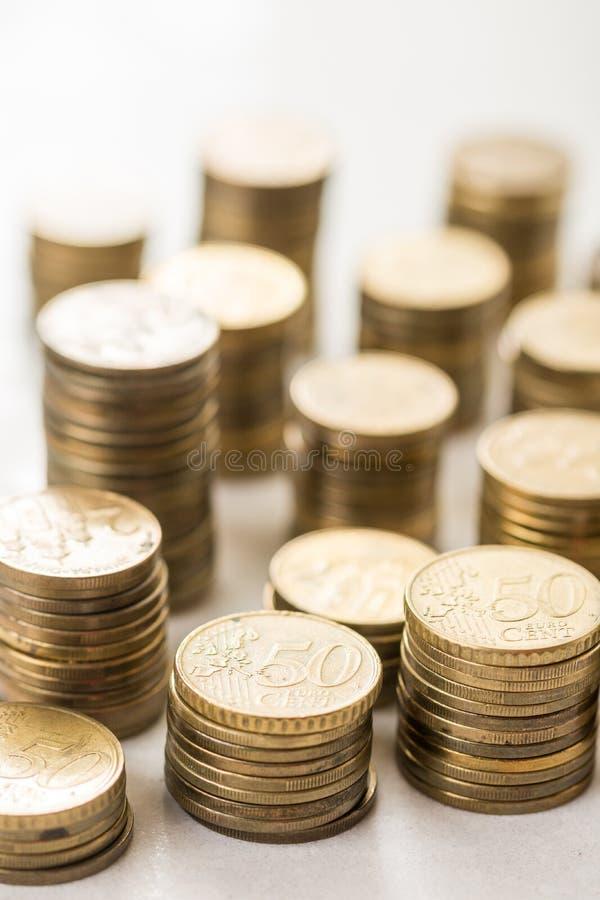 Stapels van muntstukken van het metaal de euro geld met vage achtergrond royalty-vrije stock afbeelding