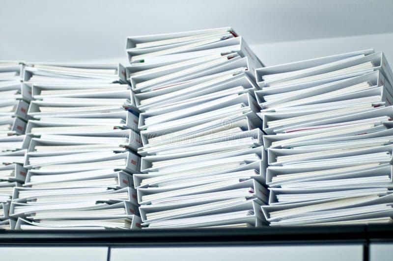 Stapels van omslagen in bureau royalty-vrije stock afbeelding