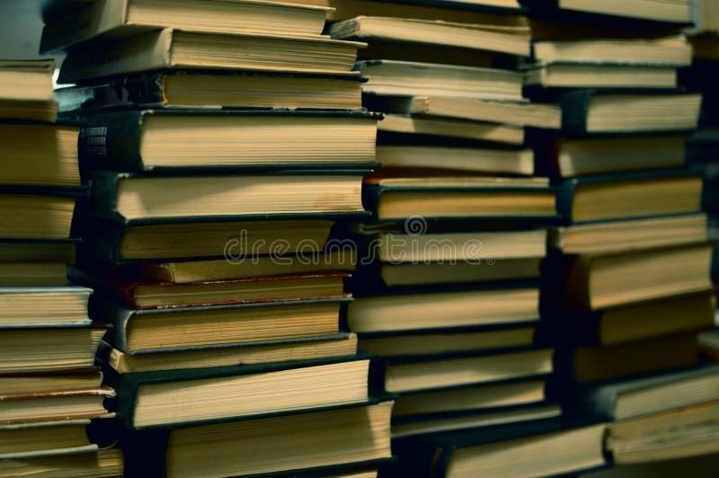 Stapels van oude boeken in bibliotheek stock afbeelding
