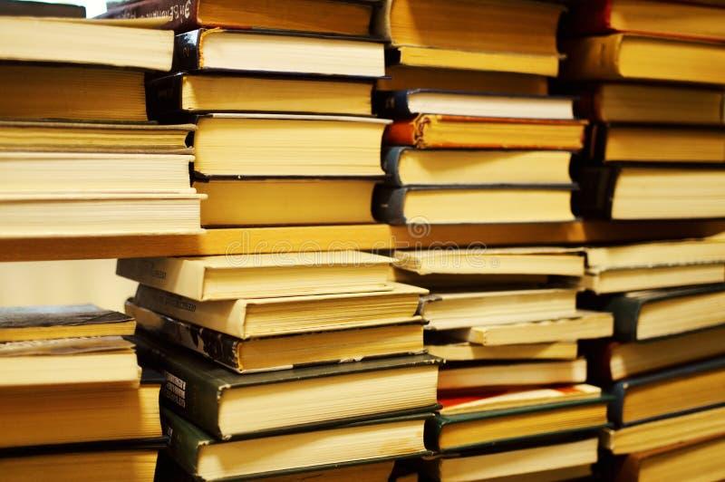 Stapels van oude boeken in bibliotheek royalty-vrije stock afbeeldingen