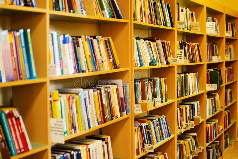 Stapels van oude boeken in bibliotheek royalty-vrije stock foto