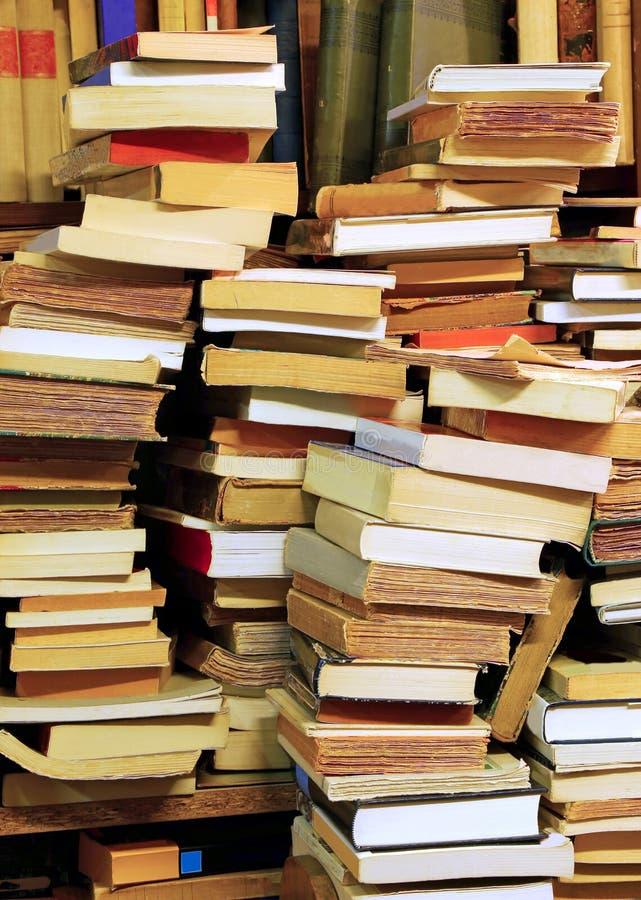 Stapels van oude boeken voor verkoop in een bibliotheek stock fotografie