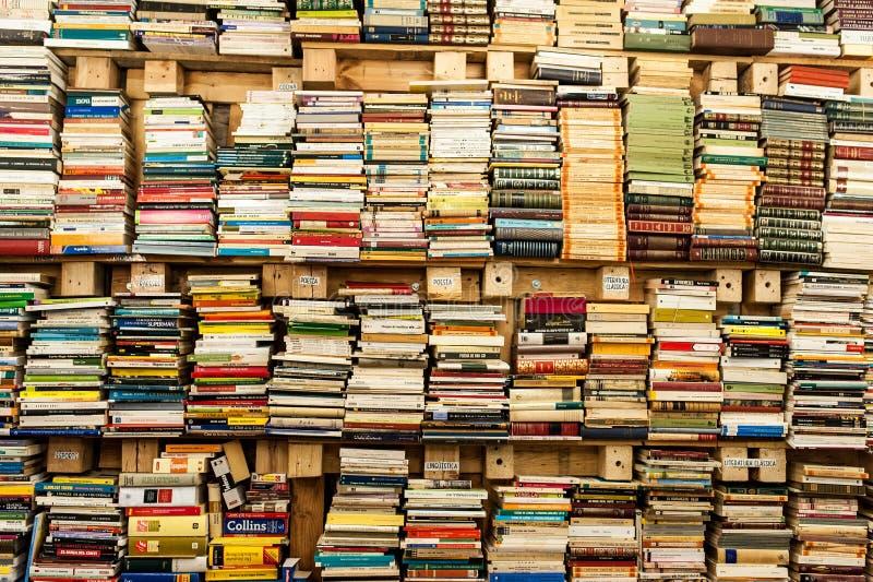 Stapels van poëzie en verhalende boeken in oude bibliotheek stock foto's