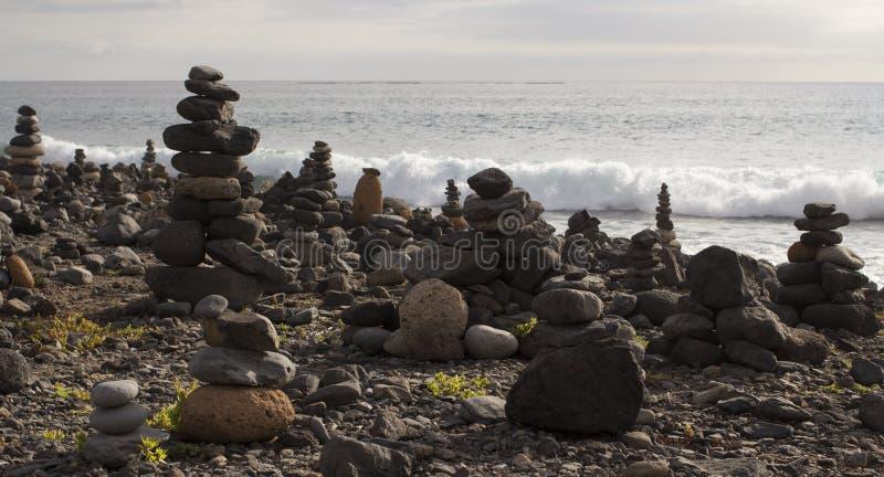 Stapels van rotsen op het rotsachtige strand royalty-vrije stock fotografie