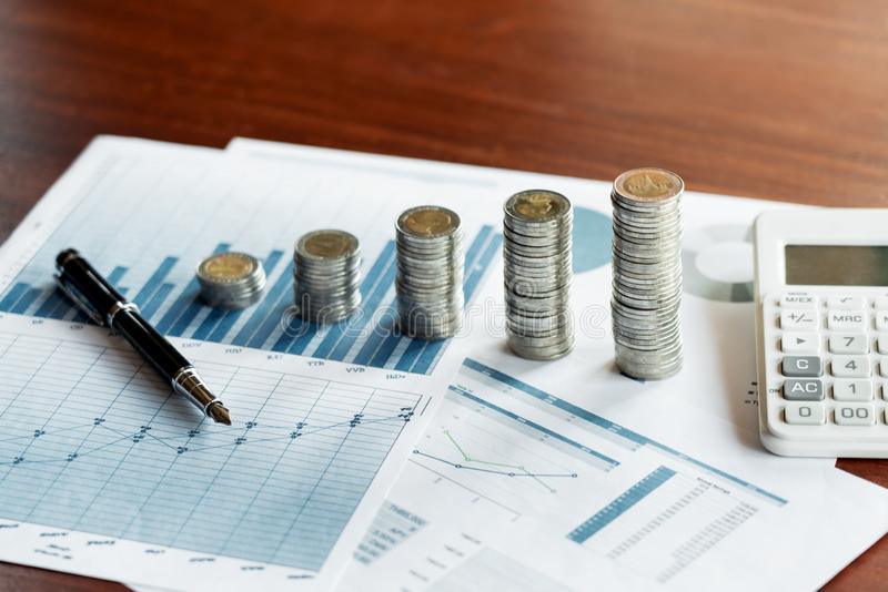 Stapelstapel van muntstukken geld besparen en financiële planning, het rekenschap geven of investeringsconcept die stock fotografie