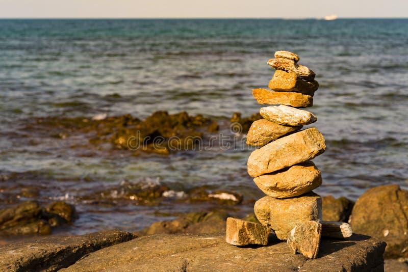Stapelsteen over zeekusthorizon stock afbeelding