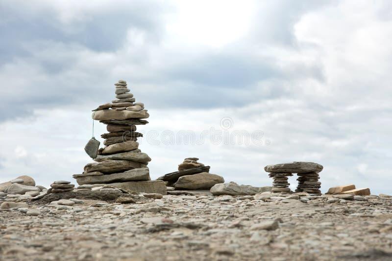 Stapelsteine auf einem Pebble Beach lizenzfreie stockfotografie
