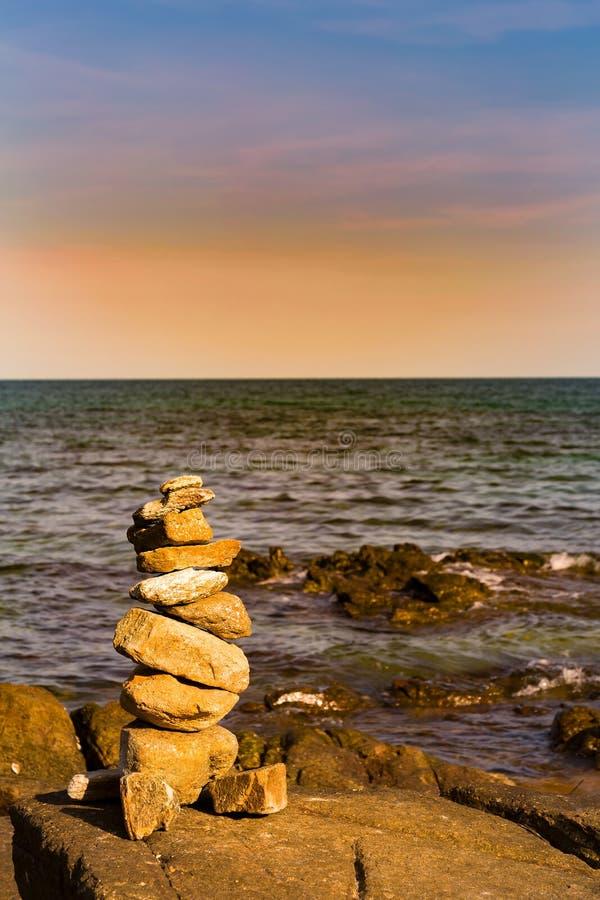 Stapelstenen op overzeese kusthorizon stock fotografie