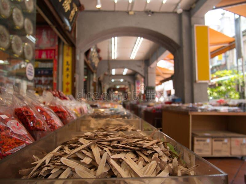 Stapelstukken hout en gojibessen voor geneeskrachtige doeleinden stock afbeelding