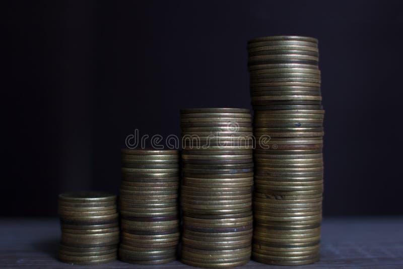 Stapla pengar som begreppet för framgång eller besparingar, royaltyfria foton