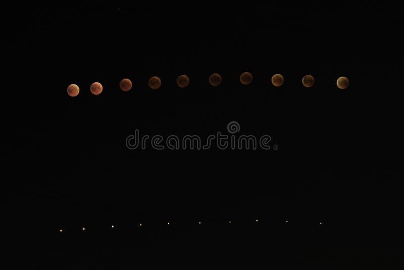 Stapla sikten av månförmörkelsehändelse 2018 som kallas också Toppen månen för blått blod arkivbild