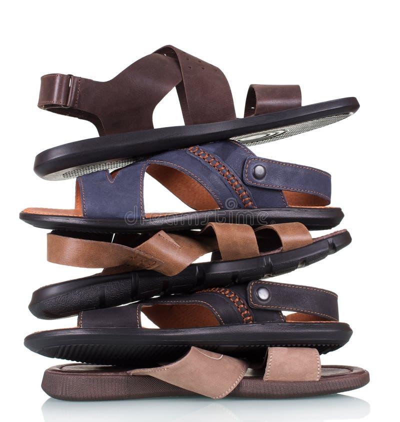 Stapla skor för lädersommarmän som isoleras på vit bakgrund arkivfoton